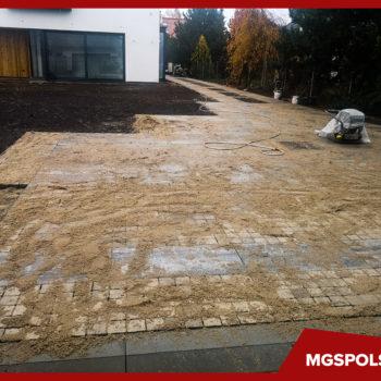 Układanie kostki brukowej w Powsinie - podsypywanie piaskiem