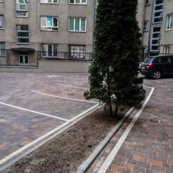 Parking z kostki brukowej z dekoracjami