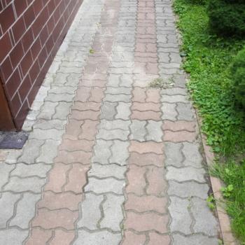 chodnik na Targówku przed czyszczeniem